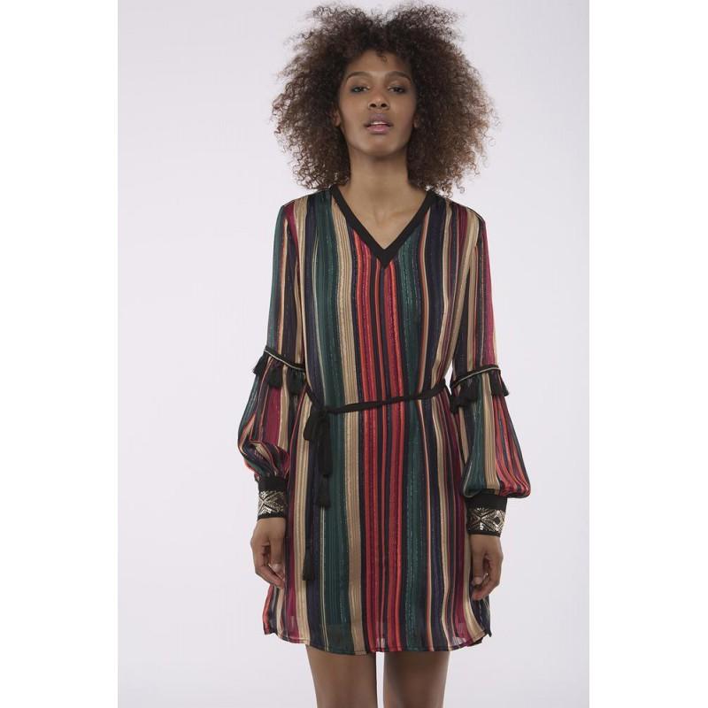 9c927a00e87 Vestido corto con estampado a rayas multicolor. Tiene detalles con  pomopones a la altura del codo y puños con brillito elástico