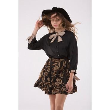 61b8360ee Blusa satinada de color negra con mangas tipo francesa. La blusa tiene un  acabado en el cuello y en los puños haciendo una lazada.
